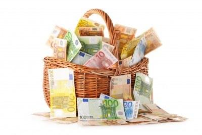 13019841-composition-avec-des-billets-en-euros-dans-le-panier-en-osier-europeenne-monnaie-de-l-39-union